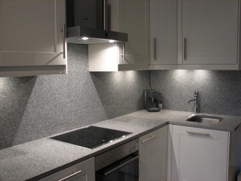 Präkah Küchenarbeitsplatte aus Granit mit eingefräster Abtropffläche