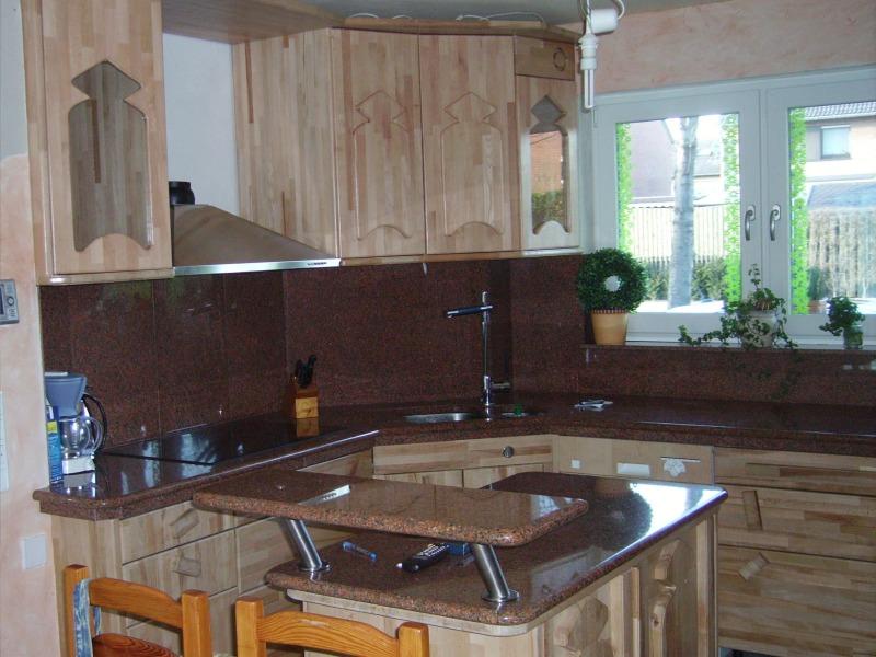 pr kah k chenarbeitsplatte aus granit mit eingefr ster abtropffl che. Black Bedroom Furniture Sets. Home Design Ideas